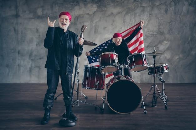 Funky vieux couple musique performance groupe de rock chanter rétro hit