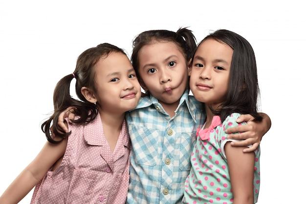 Funny expression asiatiques petits enfants avec son amie