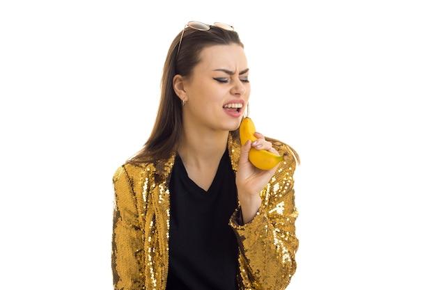 Funny girl in golden jacket chante en banane isolé sur fond blanc