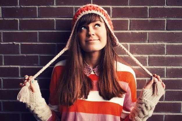 Funny girl jouant avec son chapeau