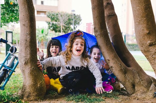 Funny girls assis sous l'arbre