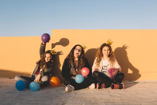 Funny girls avec des ballons sur le toit