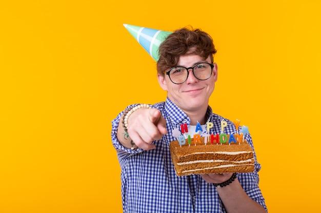 Funny guy positif tient dans ses mains un gâteau fait maison