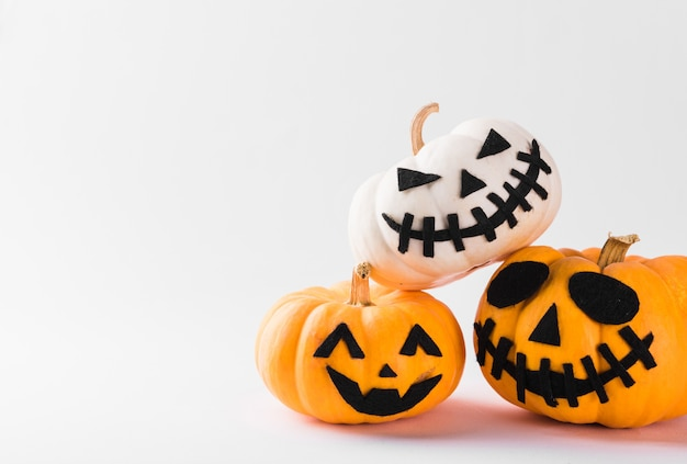 Funny halloween day party concept tête de citrouille fantôme jack lantern sourire effrayant et empiler ensemble