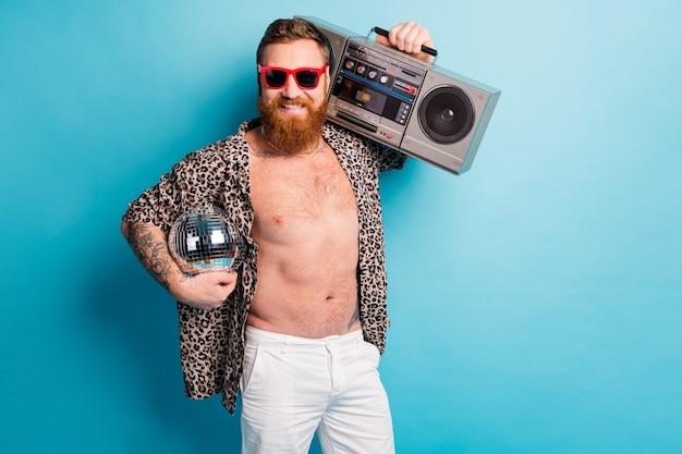 Funny retro disco ginger man tenir boom box profiter de la fête