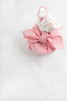 Furoshiki - technique asiatique de cadeaux emballés en tissu. la toile de lin est nouée traditionnellement utilisée pour transporter des cadeaux.