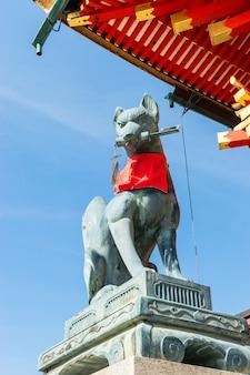 Fushimi inari pierre de renard guarda portes en bois. on croit que les renards sont des messagers de dieu.