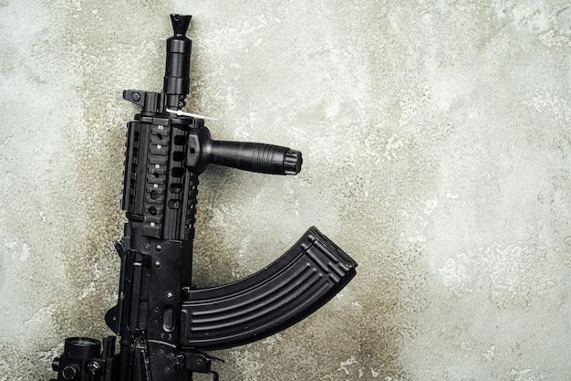 Fusil ak-47 close up contre le mur de béton