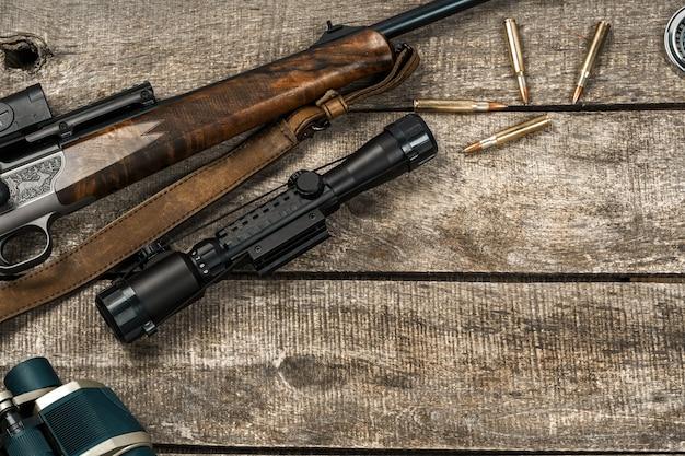 Fusil de chasse et cartouches sur fond de bois foncé