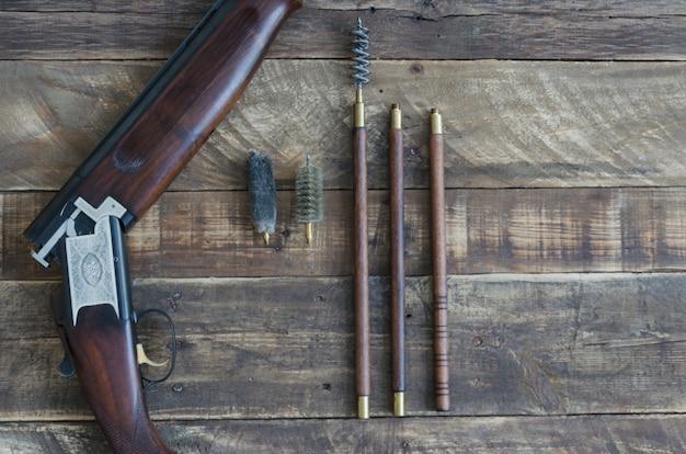 Fusil de chasse avec des ustensiles de nettoyage. vue de dessus.