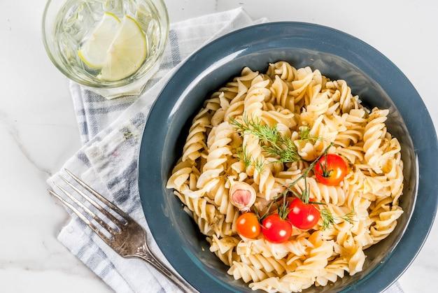 Fusilli de pâtes italiennes classiques aux légumes et à l'huile d'olive