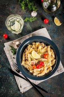Fusilli de pâtes italiennes classiques faites maison avec des légumes