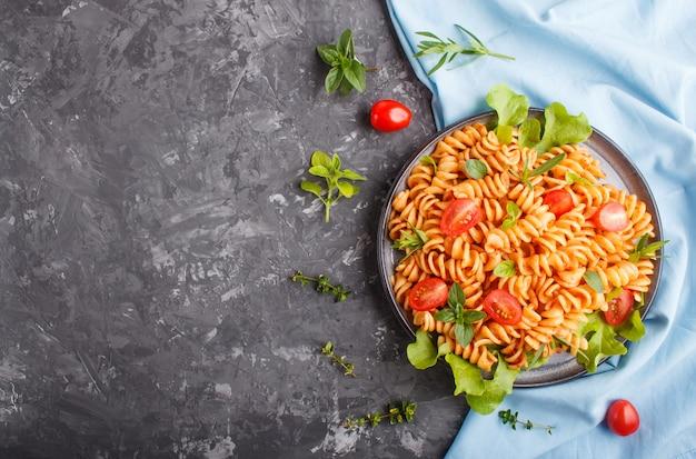 Fusilli à la sauce tomate, tomates cerises, laitue et fines herbes