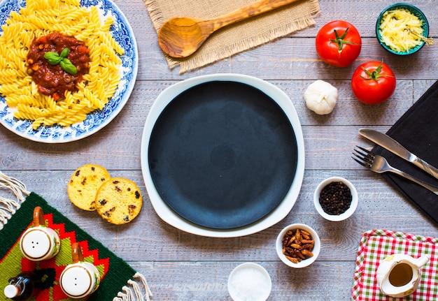 Fusilli à la sauce tomate, tomates, oignons, ail, paprika séché, olives, poivrons et huile d'olives.