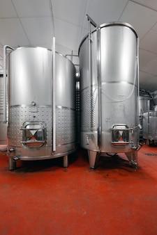Fûts en acier pour la fermentation du vin dans l'usine de vigneron