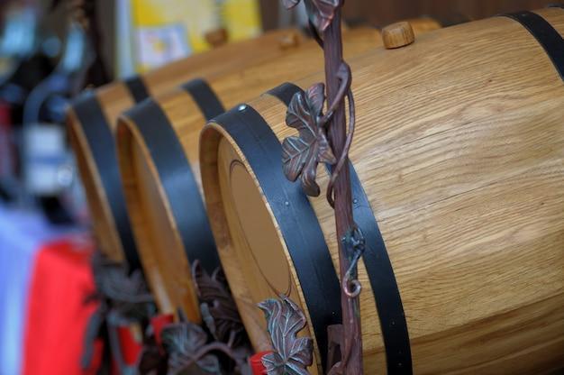 Fûts de chêne avec du vin
