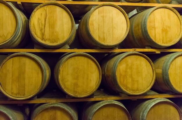 Fûts de chêne pour le vieillissement du vin dans une cave souterraine à vale dos