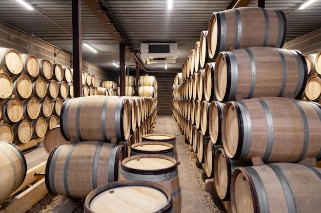 Fûts de chêne à vin en bois empilés