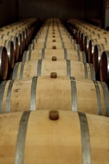 Fûts de chêne à vin dans la cave