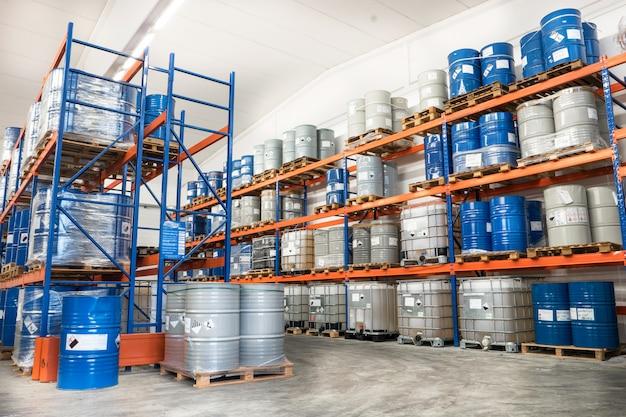 Fûts métalliques stockés dans un entrepôt