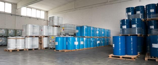 Fûts métalliques stockés en entrepôt