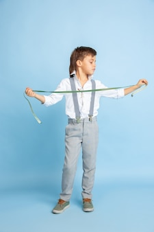 Futur. petit garçon rêvant de métier de couturière. enfance, planification, éducation et concept de rêve. veut devenir un employé prospère dans l'industrie de la mode et du style, atelier, fabrique des vêtements.