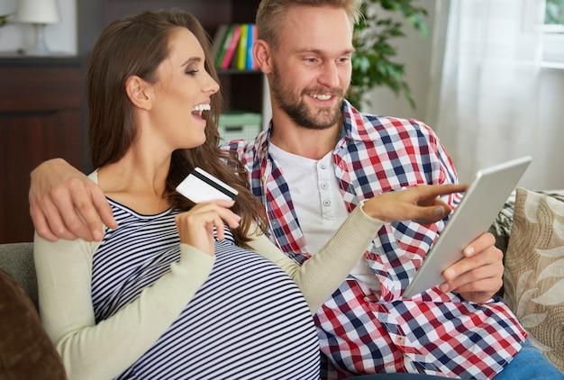 Les futurs parents font des achats en ligne pour le bébé