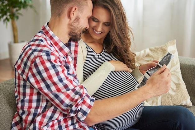 Futurs parents tenant une photographie échographique
