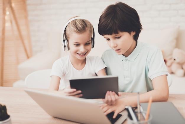 Gadget addiction garçon et fille jouer à des jeux informatiques
