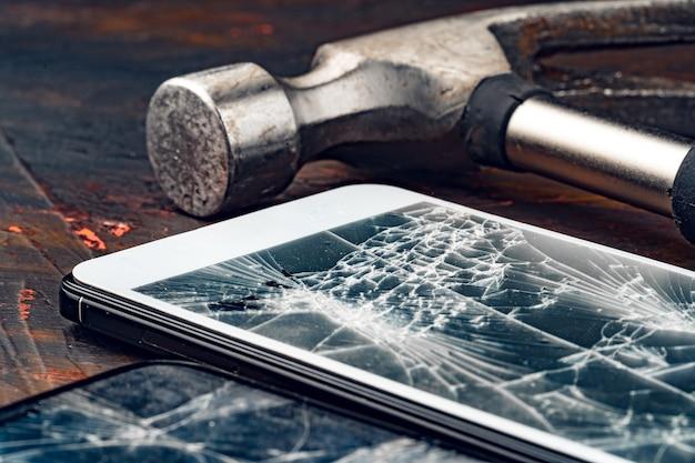 Gadget numérique avec outils réparant le concept de smartphone
