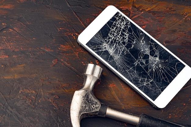 Gadget numérique avec des outils, réparation du concept de smartphone