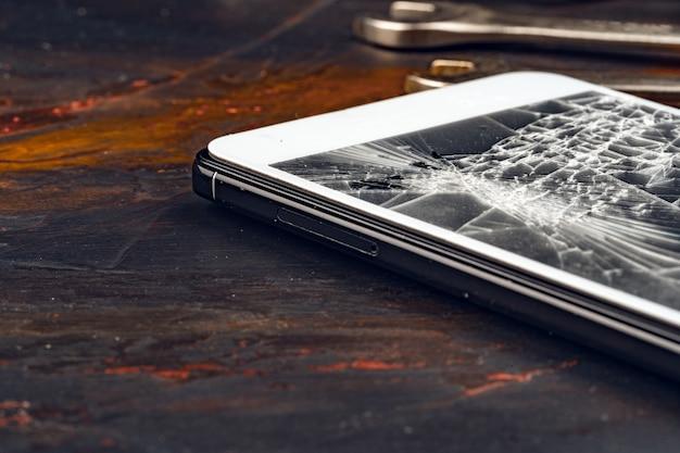 Gadget numérique avec outils. réparer le concept de smartphone