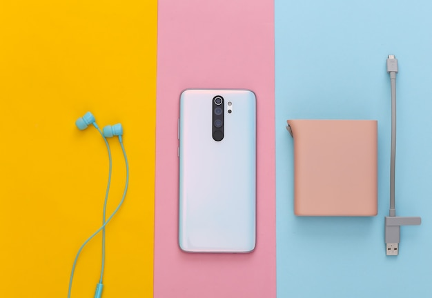 Gadgets modernes. smartphone, écouteurs et power bank pastel