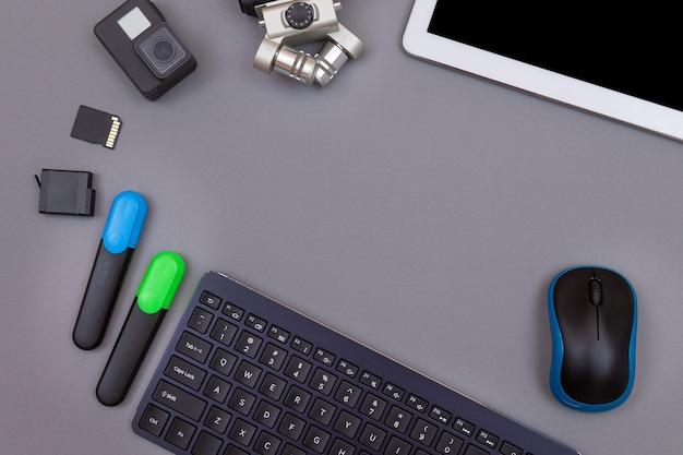 Gadgets numériques sur le lieu de travail des blogueurs vidéo sur table grise