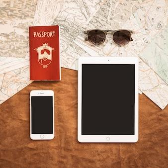 Gadgets avec passeport et lunettes de soleil