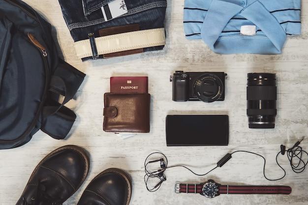 Gadgets de voyage tels que passeport, téléphone intelligent