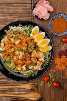 Le gado gado est une salade indonésienne de légumes blanchis ou cuits à la vapeur légèrement bouillis