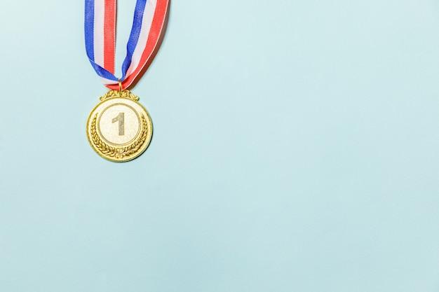 Gagnant du design simplement plat ou médaille du trophée d'or champion isolé sur fond bleu coloré vi ...