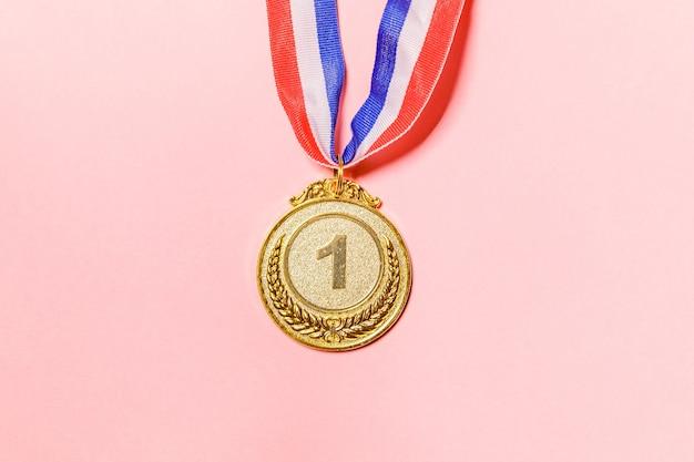 Gagnant du design simplement plat ou médaille du trophée d'or champion isolé sur fond rose coloré vi...
