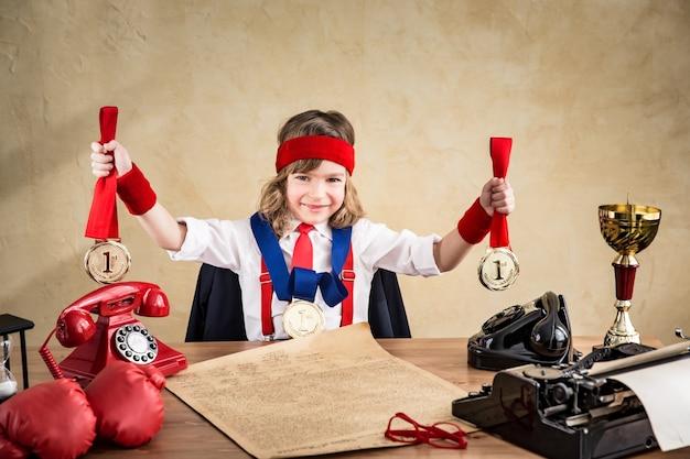 Gagnant enfant homme d'affaires au bureau. succès, leader dans le concept d'entreprise