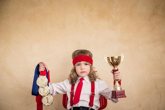 Gagnant enfant homme d'affaires. succès, leader dans le concept d'entreprise