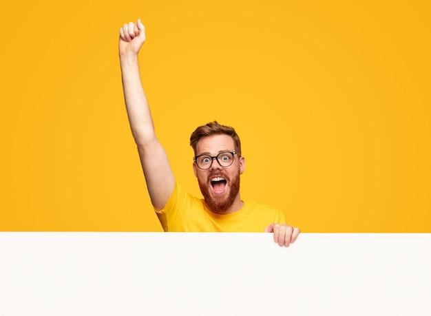 Gagnant masculin excité avec bannière vierge