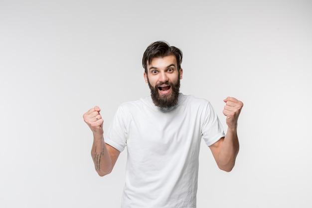 Gagner succès homme heureux extatique célébrant être un gagnant