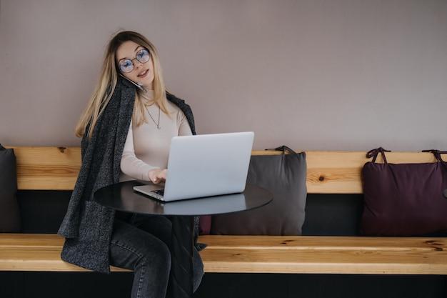 Gagnez de l'argent supplémentaire en faisant de l'argent en transformant vos passe-temps en argent comptant économie nomade numérique jeune