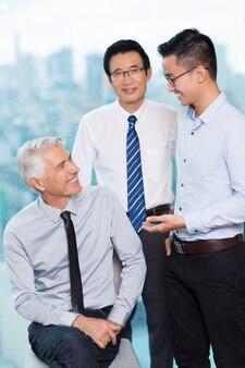 Gai communication souriante supérieurs d'entreprise