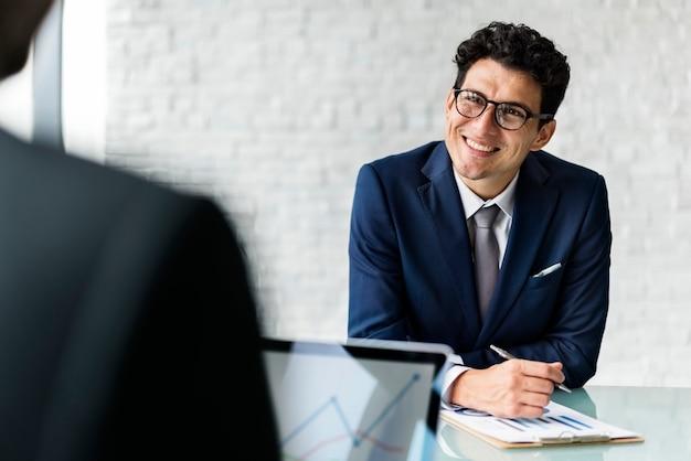 Gai homme d'affaires lors d'une réunion