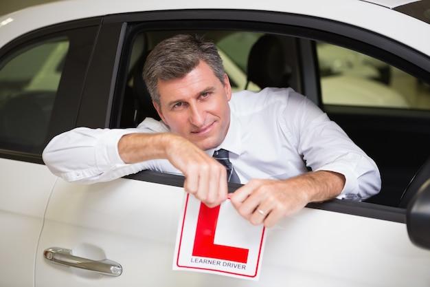 Gai homme conducteur déchirant son signe l