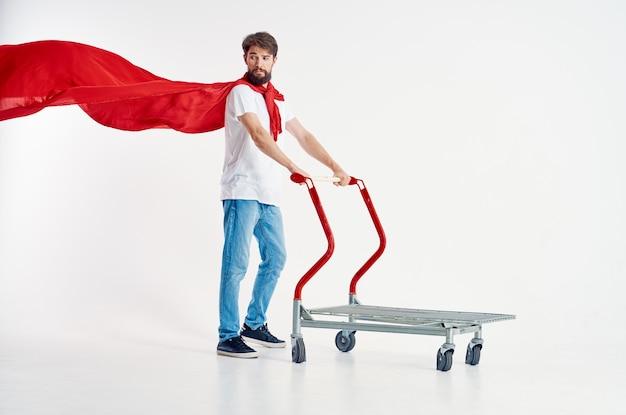 Gai homme super-héros expédition fond clair