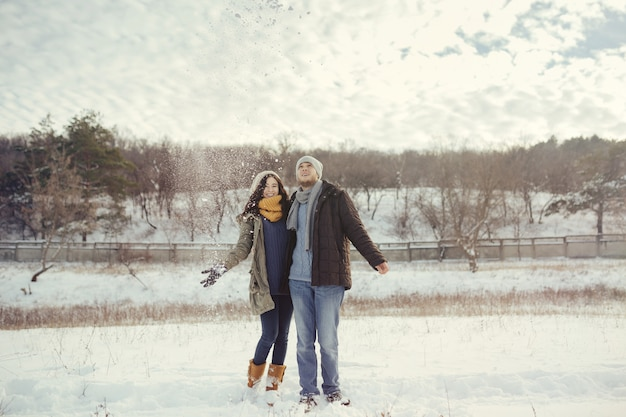Gai jeune couple marchant dans une journée d'hiver