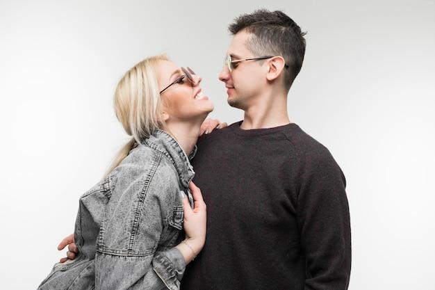 Gai jeune couple s'amuser et rire ensemble à l'extérieur